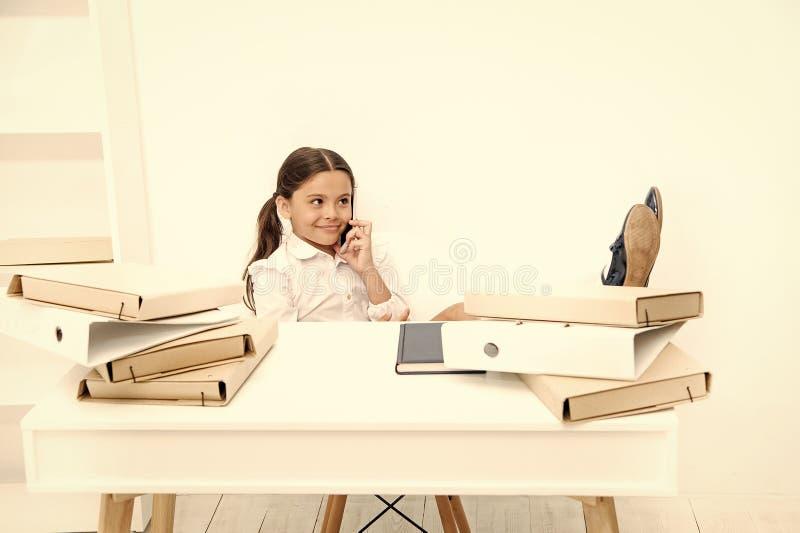 Discusi?n de rumores Muchacha linda del chisme La cara sonriente de la colegiala discute chismes frescos con los compa?eros Smart imagenes de archivo