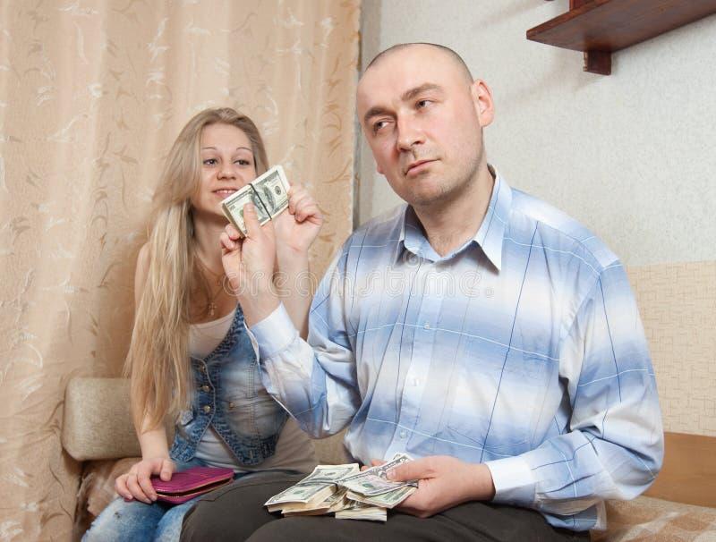 Discussão da família sobre o dinheiro foto de stock