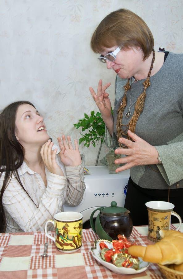 Discussão da menina e da mulher imagens de stock
