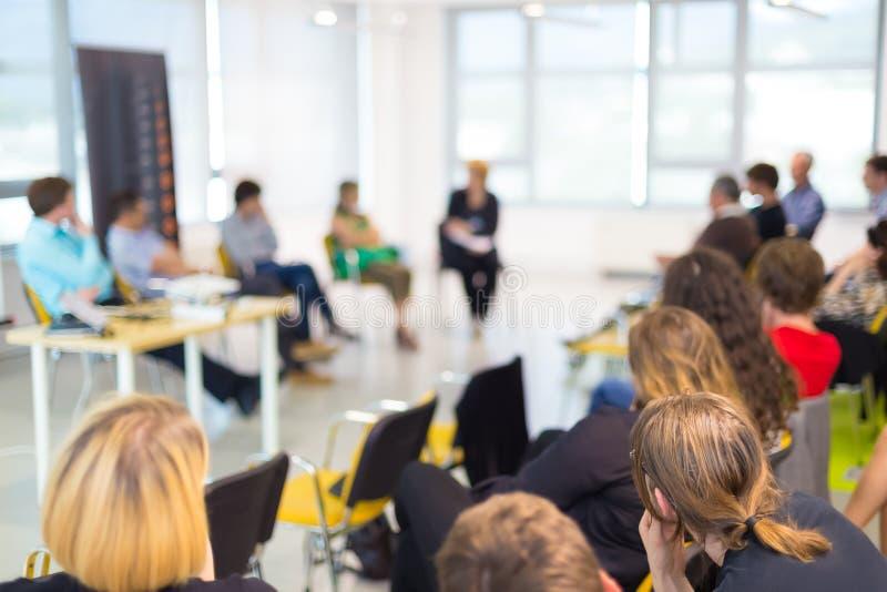 Discussão de mesa redonda na convenção do negócio e do empreendimento imagem de stock