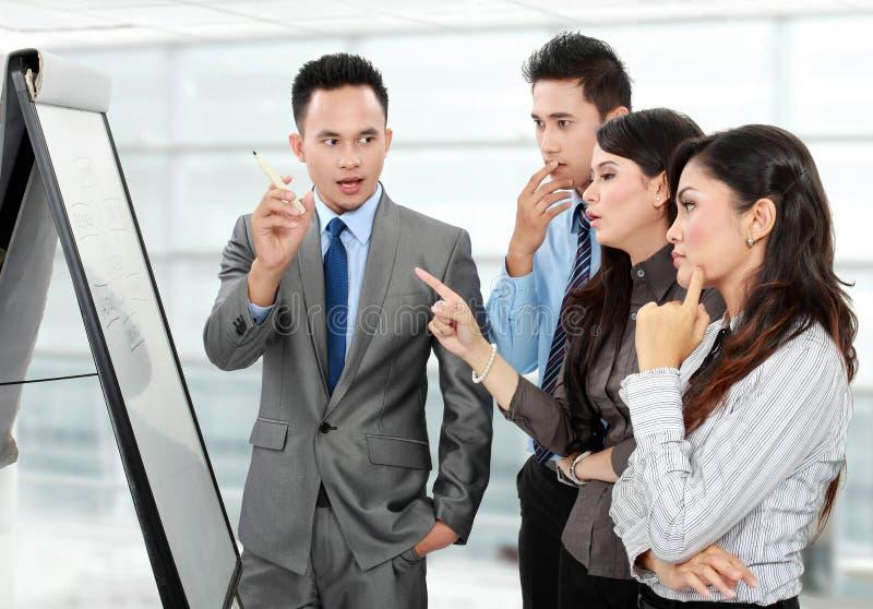 Discussão do negócio no escritório fotos de stock