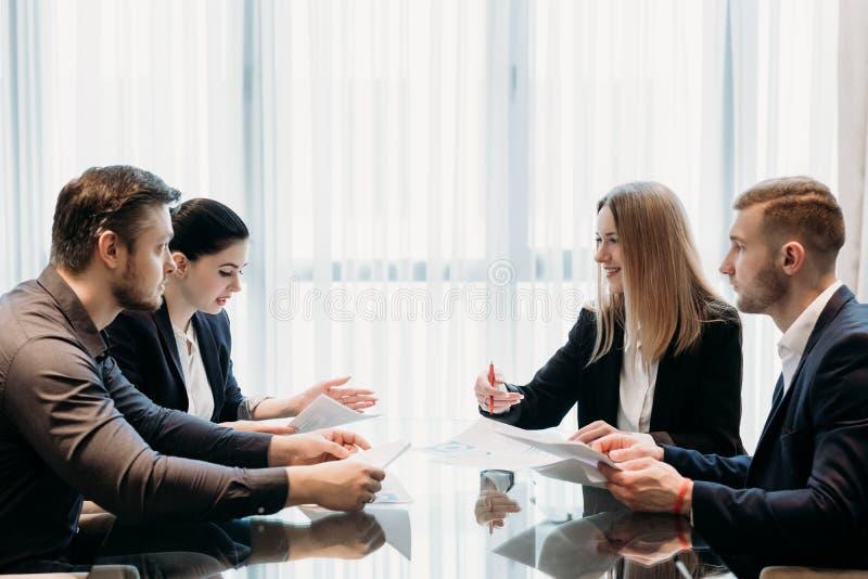 Discussão do sócio de uma comunicação da equipe do negócio imagens de stock royalty free