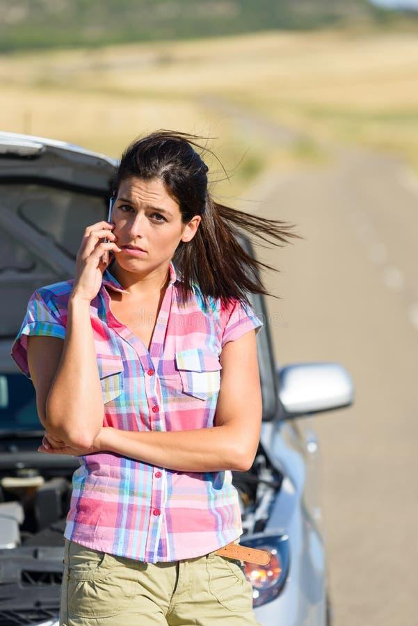 Discussão do telefone com serviço do carro do seguro imagens de stock