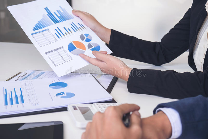 Discussão dos colegas da equipe dois do negócio e análise executivas w imagens de stock royalty free