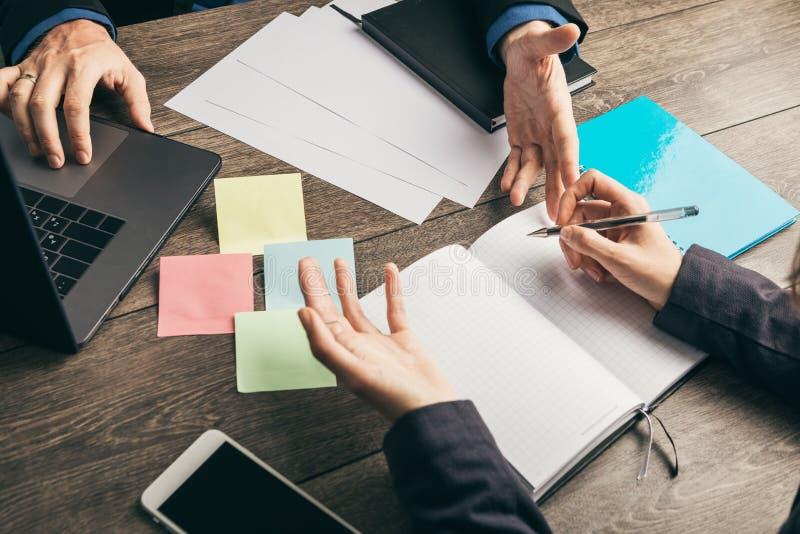Discussão, estratégia de trabalho do desenvolvimento de negócios Mãos masculinas e fêmeas na opinião do terno de cima na mesa de  fotos de stock