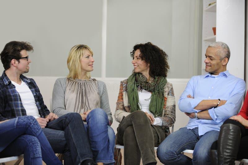Discussão ou terapia de grupo imagem de stock