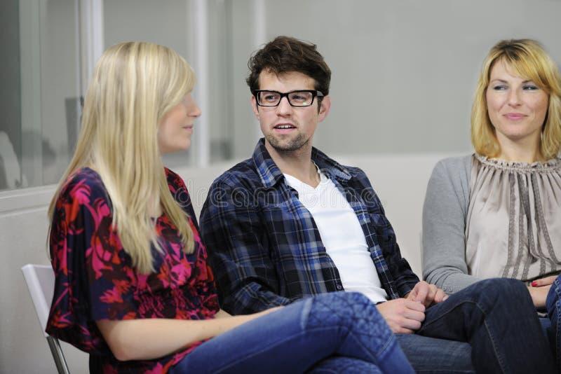Discussão ou terapia de grupo fotos de stock