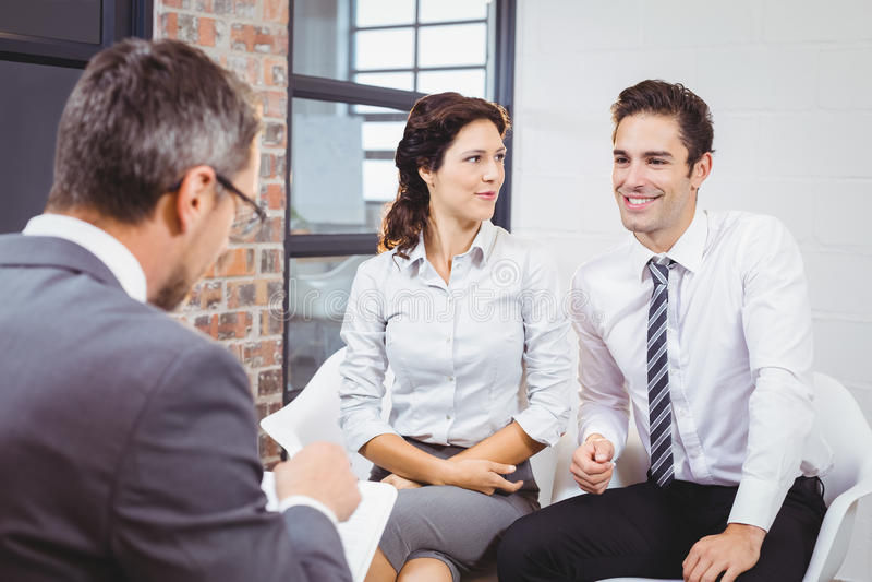 Discussão profissional do negócio com os clientes de sorriso foto de stock