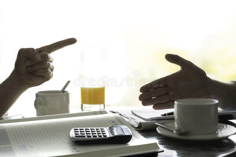 Discussão sobre o dinheiro Figurando para fora finanças imagens de stock