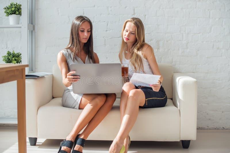 Discussion amicale de femme des affaires deux pendant images stock