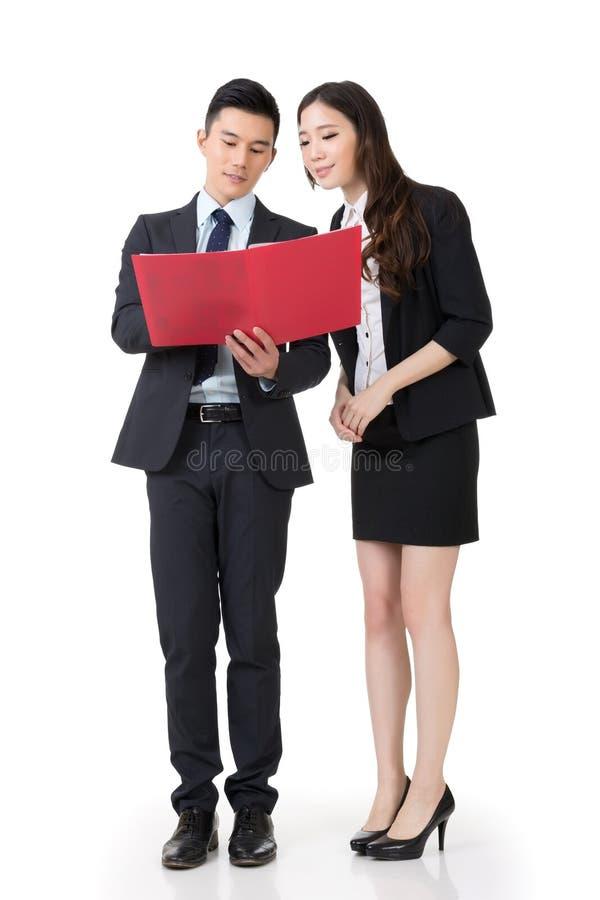 Discussion asiatique d'homme et de femme d'affaires photographie stock
