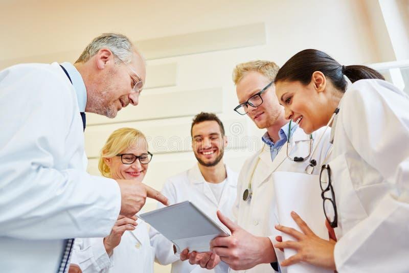 Discussion au cours de la réunion d'équipe de médecins image stock