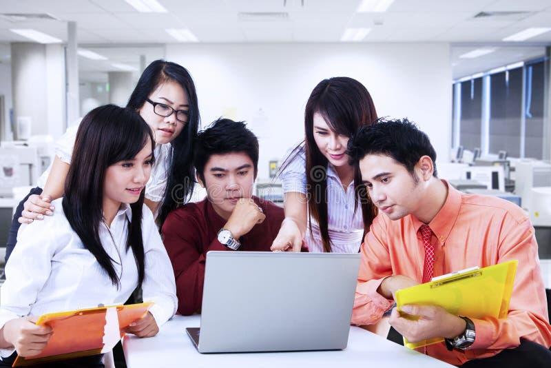 Discussion d'équipe d'affaires sur l'ordinateur portable au bureau photos libres de droits