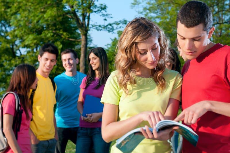 Discussion d'étudiants images libres de droits