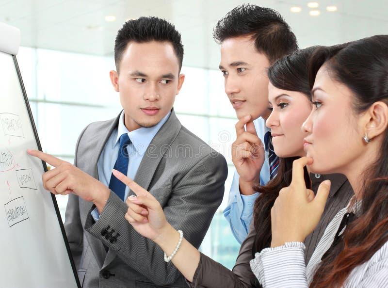 Discussion d'affaires dans le bureau photo stock