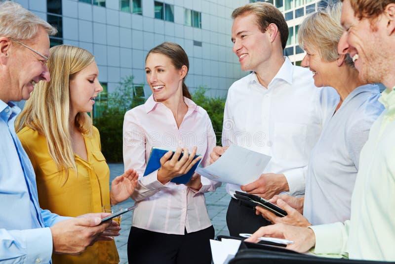 Discussion dans l'équipe d'affaires avec la tablette photos libres de droits