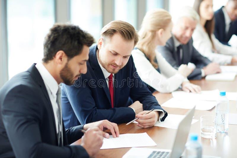 Discussion de la tâche à la classe d'affaires photo stock