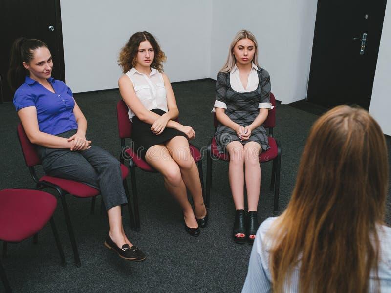 Discussion de psychologue de thérapie de groupe de femmes photos libres de droits