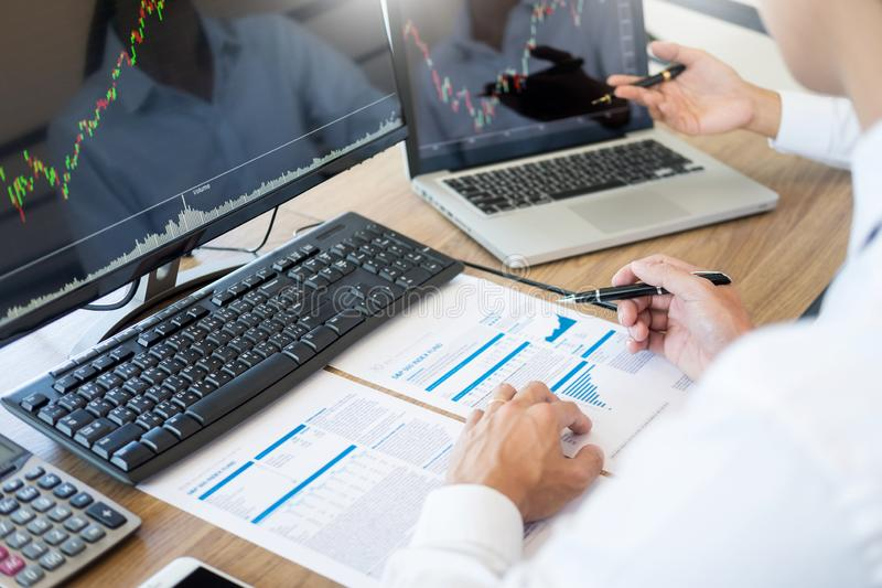 Discussion de Team Investment Entrepreneur et diagrammes et graphiques marchands de forex d'analyse sur l'écran d'ordinateur, les image libre de droits