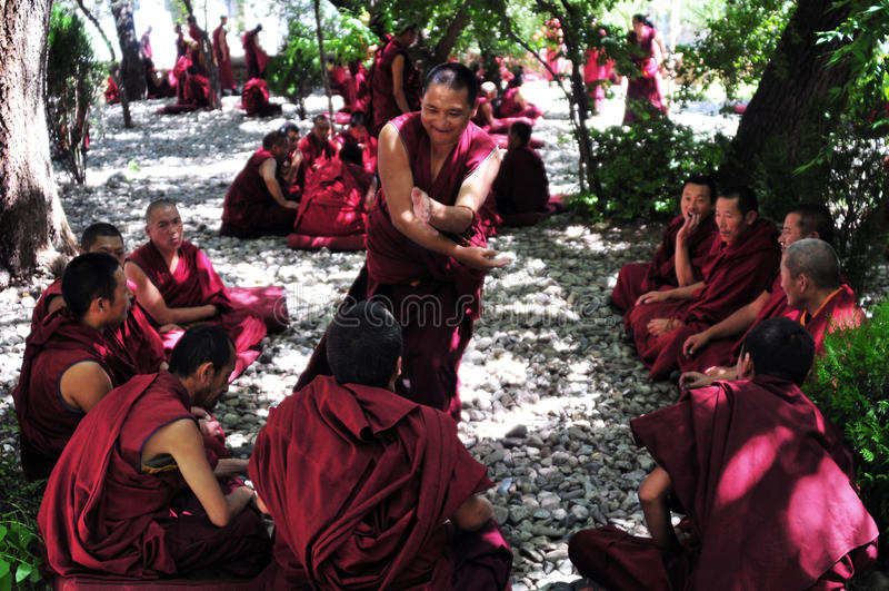 Discussion des moines au Thibet photo stock