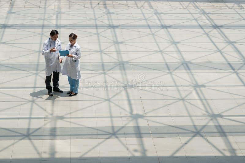 Discussion des questions médicales image stock