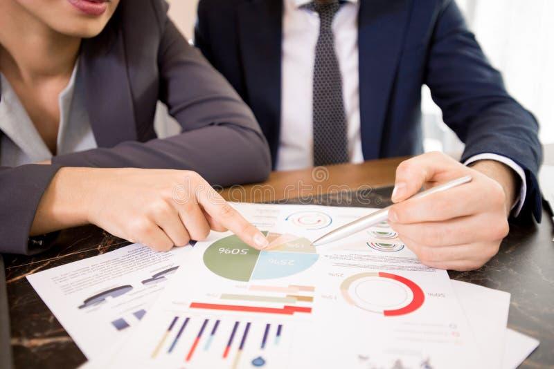Discussion des résultats d'étude économique image stock