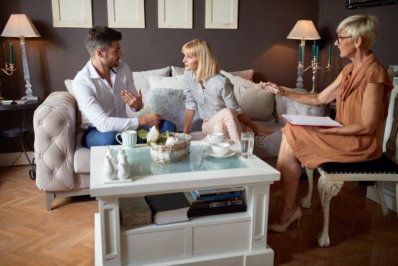 Discussion entre les couples au psychologue image libre de droits