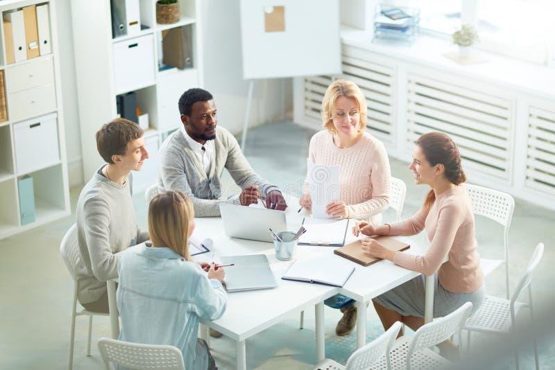 Discussion productive des collègues photo libre de droits