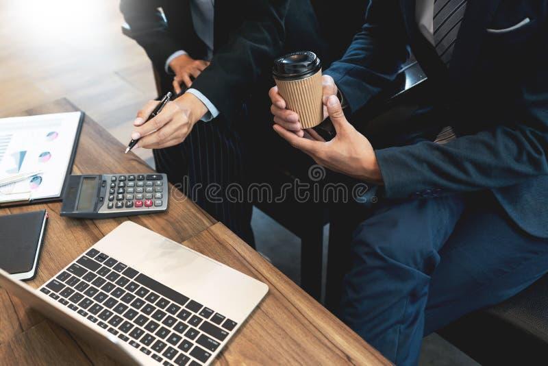 Discussione coworking di cooperazione del gruppo di affari circa il progresso di consiglio di progetto del business plan e correg immagini stock