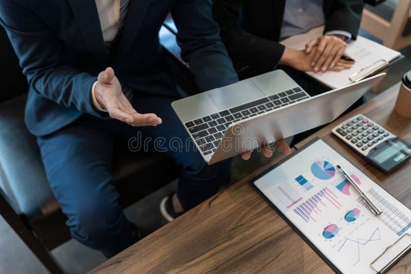 Discussione coworking di cooperazione del gruppo di affari circa il progresso di consiglio di progetto del business plan e correg fotografia stock
