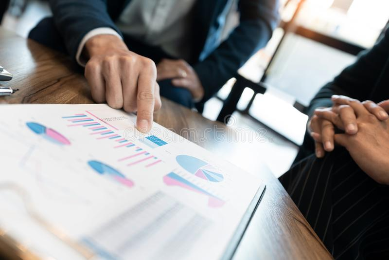 Discussione coworking di cooperazione del gruppo di affari circa il progresso di consiglio di progetto del business plan e correg fotografie stock