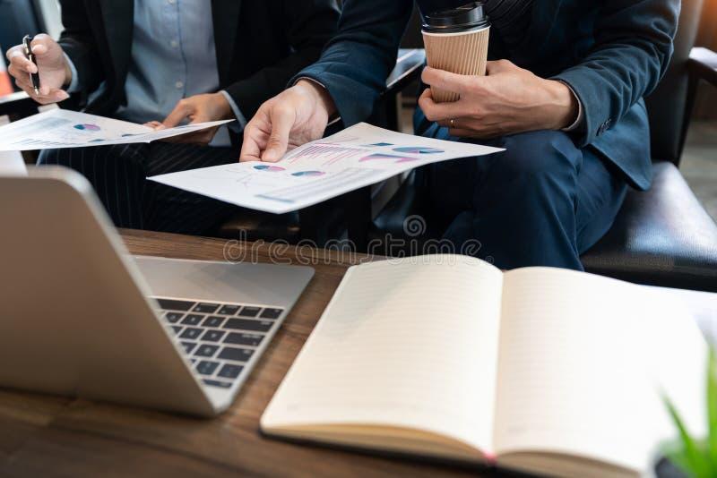 Discussione coworking di cooperazione del gruppo di affari circa il progresso di consiglio di progetto del business plan e correg immagine stock