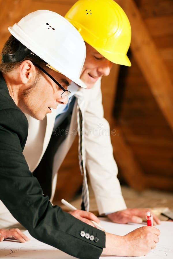 Discussione dell'assistente tecnico di costruzione e dell'architetto immagini stock libere da diritti