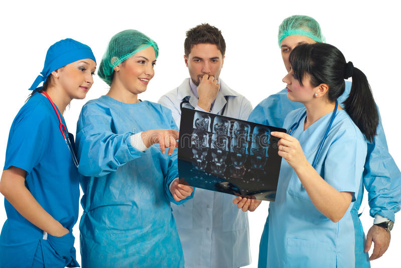 Discussione della squadra dei medici con MRI immagini stock