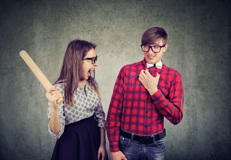 Discussione delle coppie giovani che gridano nel litigio fotografia stock