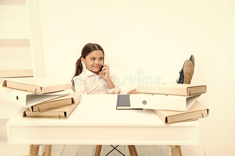 Discussione delle voci Ragazza sveglia del gossip Il fronte sorridente della scolara discute i pettegolezzi freschi con i compagn immagini stock