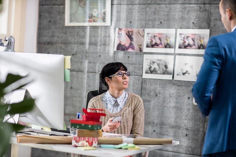 Discussione di due una giovane progettisti fotografie stock