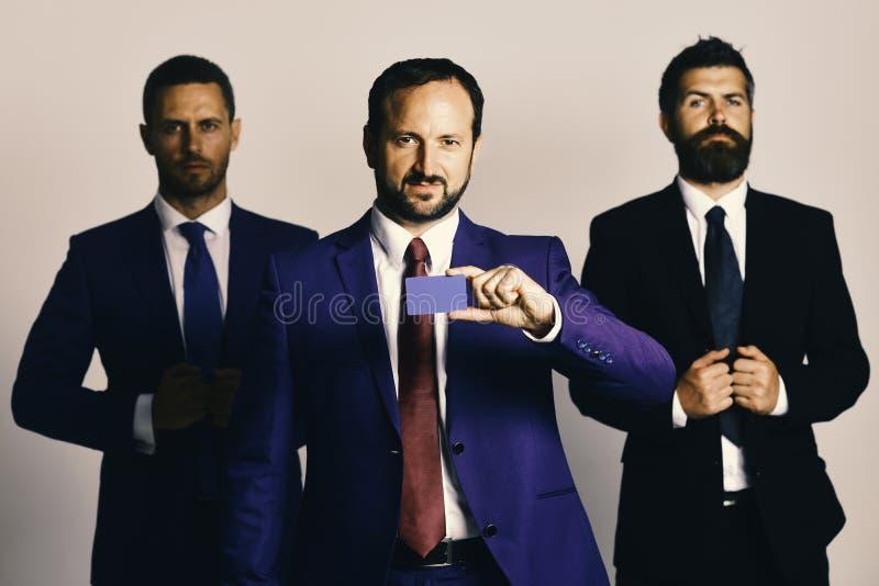 Discussione e concetto di affari Gli uomini d'affari indossano i vestiti ed i legami astuti immagine stock