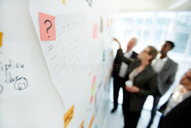 Discussione produttiva di progetto sui colleghi immagini stock