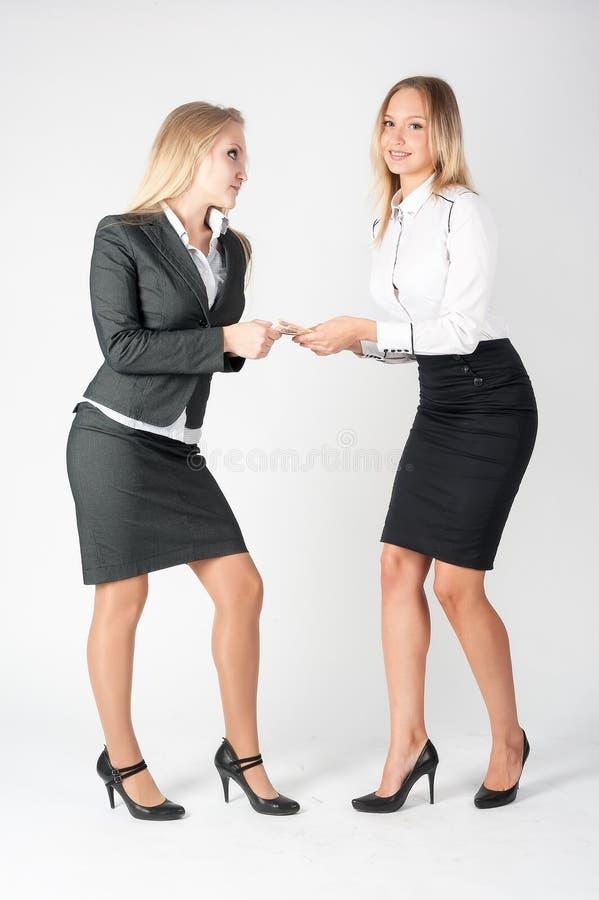 Discuta de 2 empresarias atractivas jovenes fotografía de archivo libre de regalías