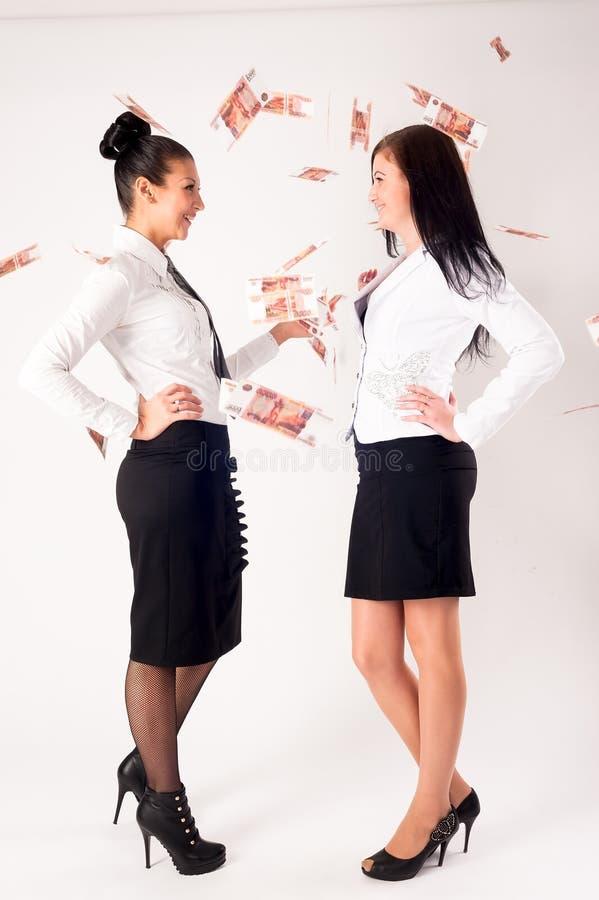 Discuta de las empresarias atractivas jovenes para el dinero foto de archivo libre de regalías