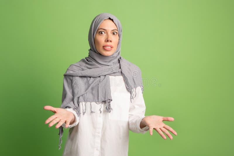 Discuta, discutendo il concetto donna araba nel hijab Ritratto della ragazza, posante al fondo dello studio fotografia stock