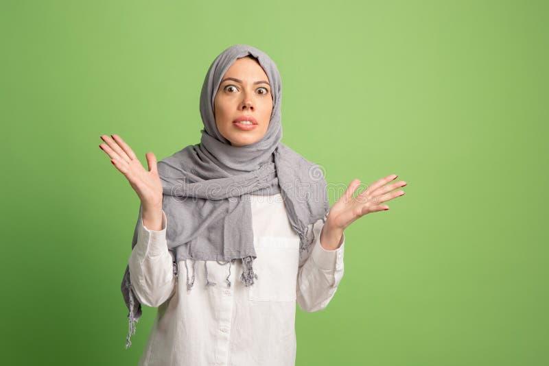 Discuta, discutendo il concetto donna araba nel hijab Ritratto della ragazza, posante al fondo dello studio immagine stock