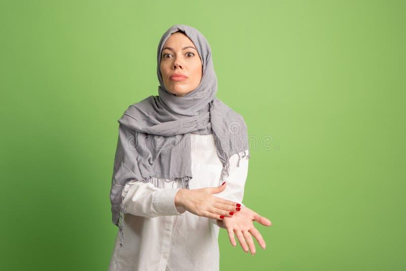Discuta, discutendo il concetto donna araba nel hijab Ritratto della ragazza, posante al fondo dello studio fotografia stock libera da diritti