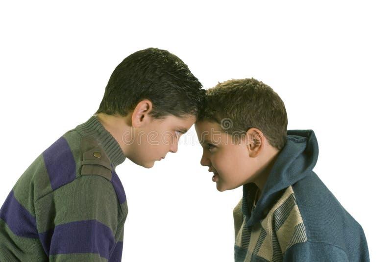 discutant les garçons deux têtus images libres de droits