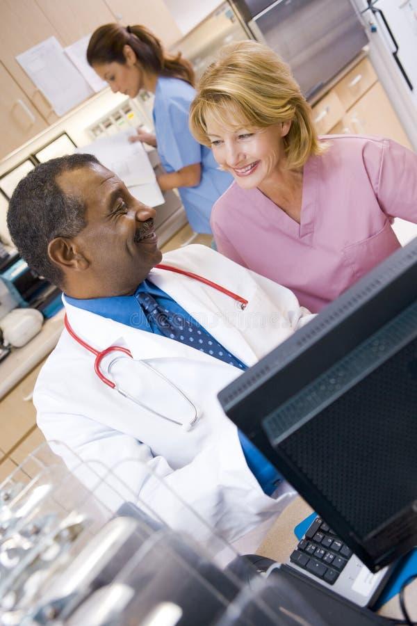 discutendo l'infermiera del medico qualcosa fotografia stock libera da diritti