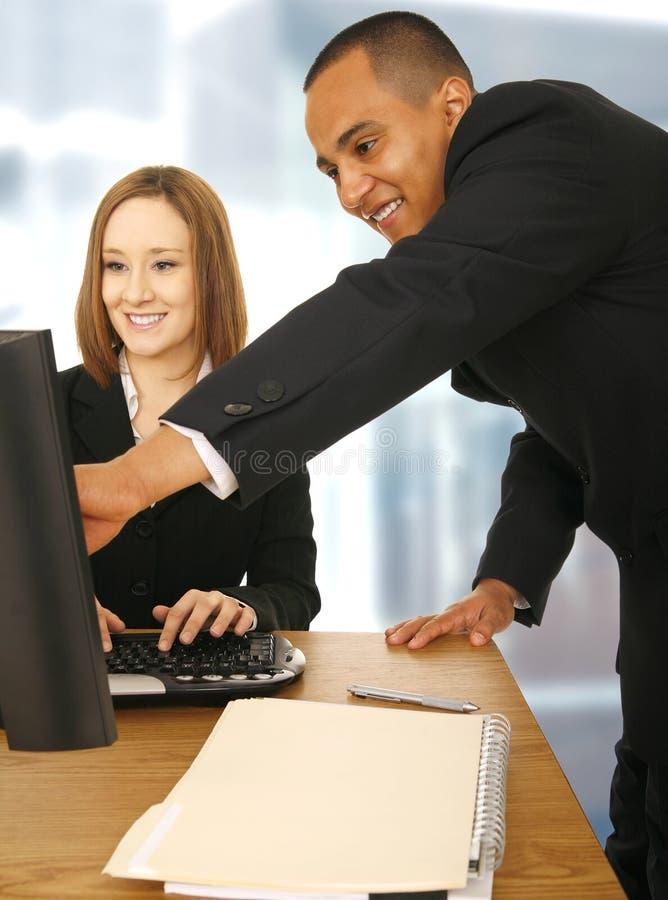 Discuter d'équipe d'affaires image stock
