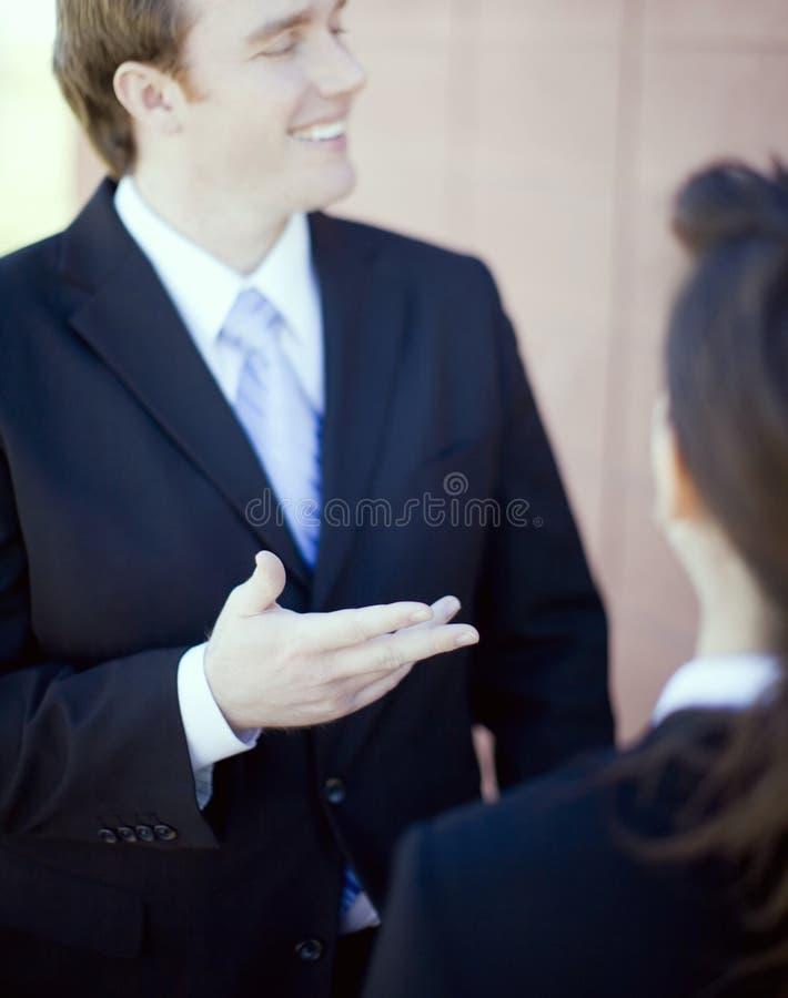Discuter d'hommes d'affaires photos libres de droits