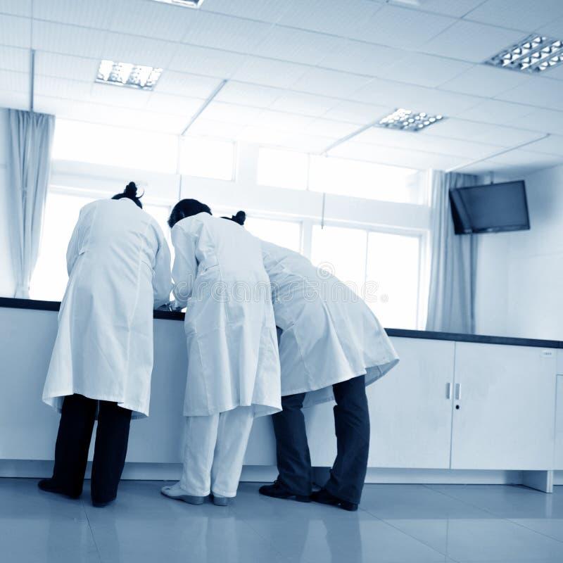 Discuter d'infirmière images stock