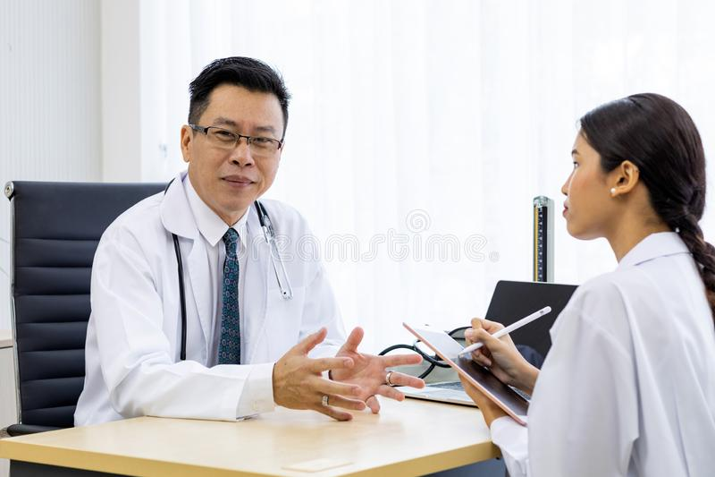Discuter de deux médecins photographie stock